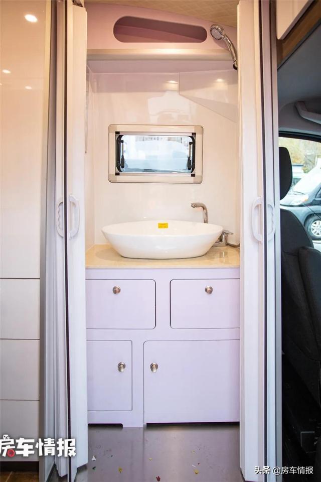 新款大通V90房车,布局独特设计由车主自己完成,沙发功能够多-8.jpg