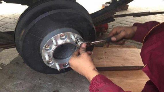 车主自己动手改装房车~就是喜欢折腾,安装法兰盘