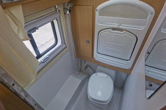 卫航大通V90房车,国六排放后置横床,看看双人旅行怎么选