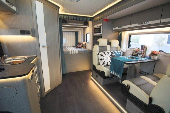 赛沸尔双拓展欧式风格房车内部图片